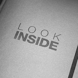 Das LTS BrandBook besticht mit Lesezeichenband, Gummiband und hochwertiger Druckveredelung.