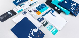 Geschäftsausstattung von TypeSCHOOL, bestehend aus Mailings, Schreibblöcken, Visitenkarten und weiteren Werbeartikeln.