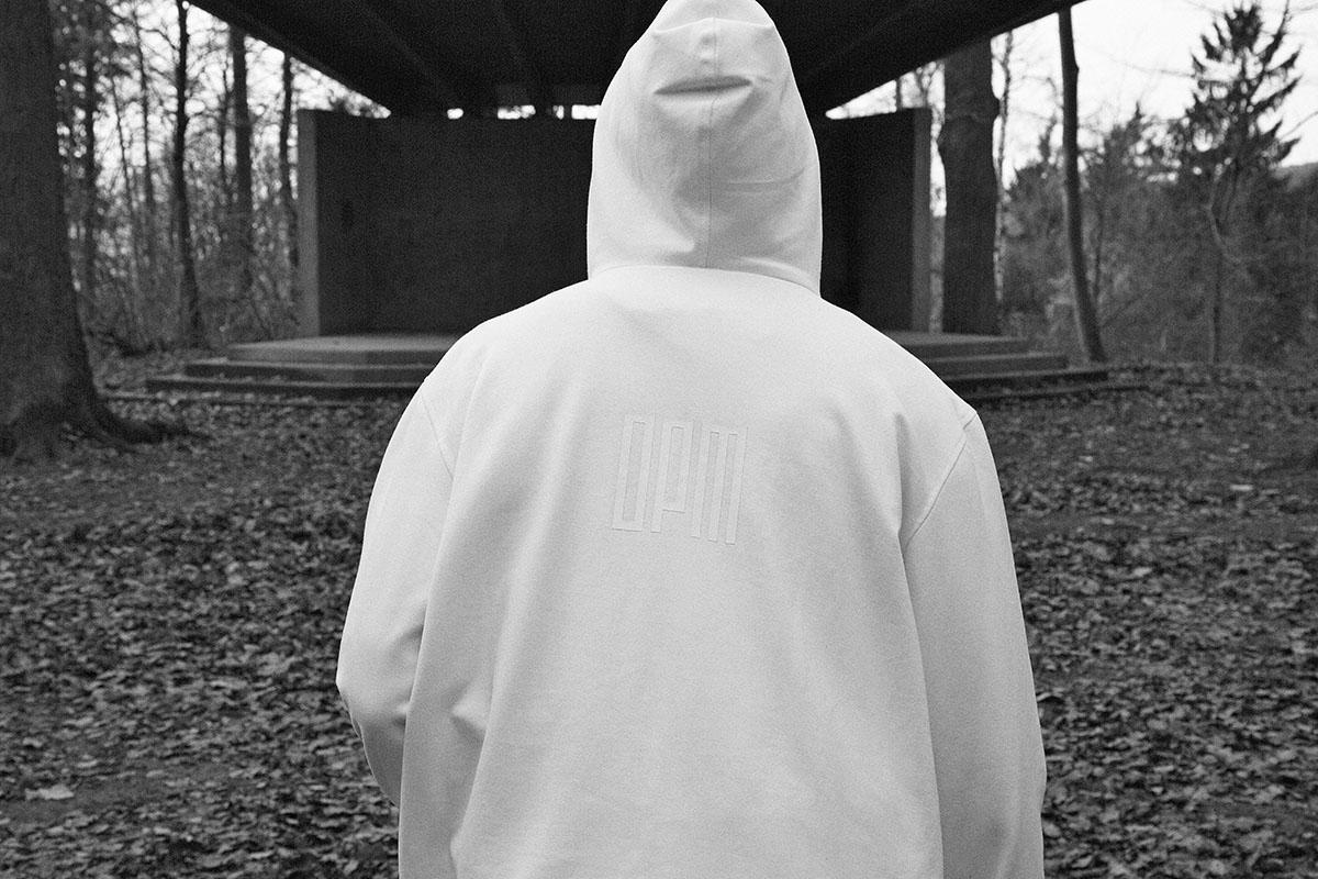 Hoodie von OPM im Film über die S/S-Kollektion von LEHNSTEIN